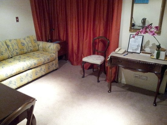 Ascot Parnell Boutique Bed and Breakfast: King Garden Mini Suite Sitting area
