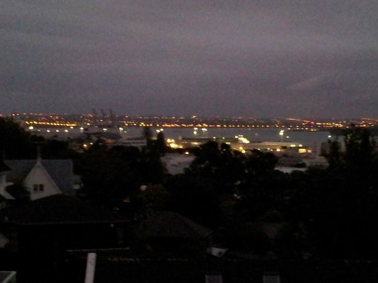 Ascot Parnell Boutique Bed and Breakfast: Nightime view of the harbor