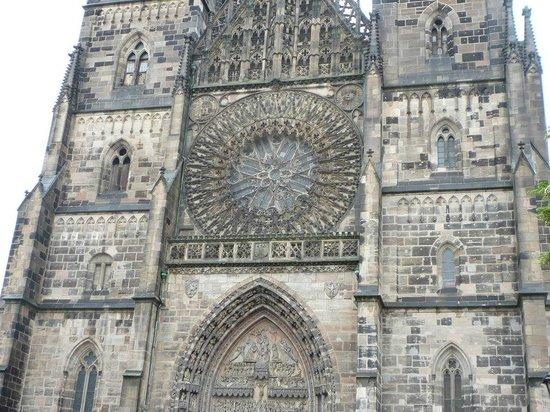St. Lorenz Kirche: 煉瓦作りの外壁には細かな彫刻も。