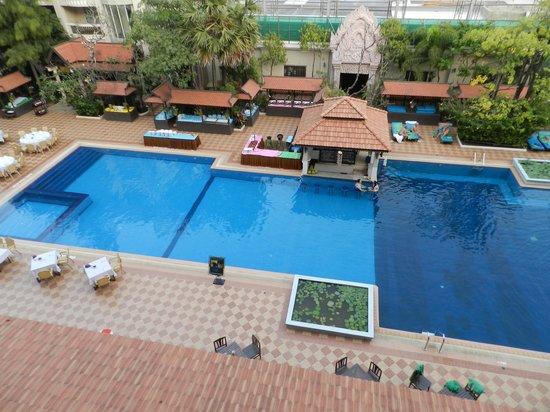 Hotel Somadevi Angkor Resort & Spa : Pool area