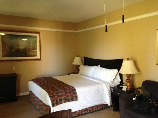 Dinah's Garden Hotel: Tastefully appointed room