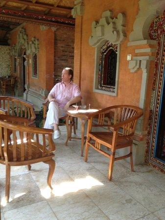 Ida Hotel: villa outsite