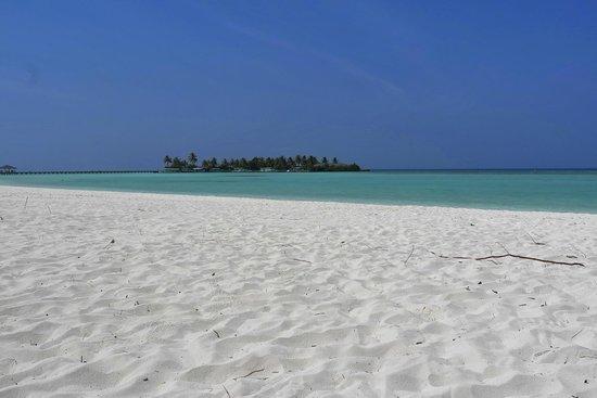 Sun Island Resort: Пляж перед бунгало