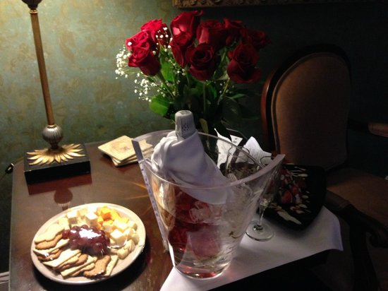 The Red Coach Inn Historic Bed and Breakfast Hotel : Love Package