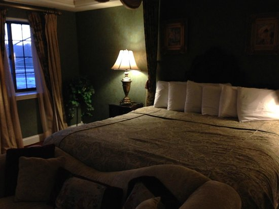 The Red Coach Inn Historic Bed and Breakfast Hotel: king size bed