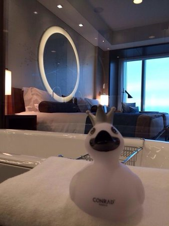 Conrad Tokyo : Spacious bathroom with heated flooring during winter!