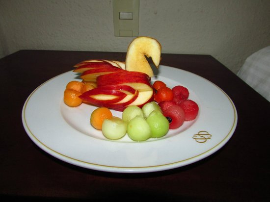 Allegro Playacar: Fruit plate in our rooms upon arrival.