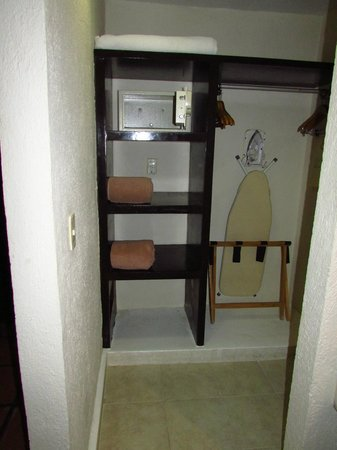 Allegro Playacar: Shelves & Safe area in room