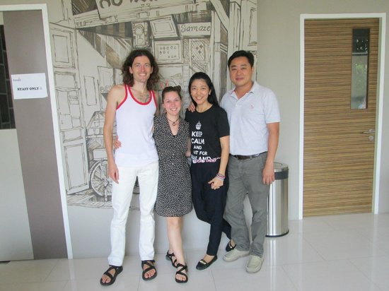 Siamaze Hostel: Photo of us with the owners
