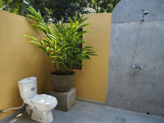 Indika's House & Tours: Outdoor bathroom! Feels great!