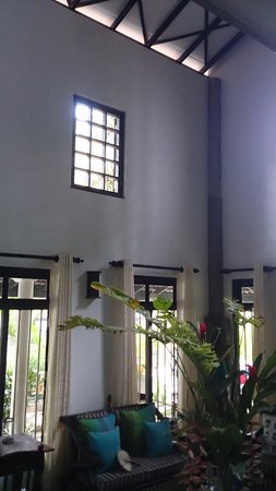 Indika's House & Tours : High ceiling that keeps indoor cool! Very great!!