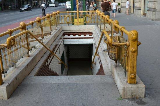 Mamaison Hotel Andrassy Budapest: Entrée du métro sur l'avenue Andrassy