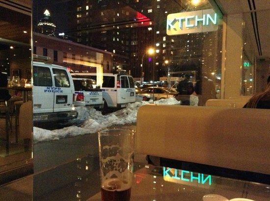The Out NYC: レストランから通りを見る。