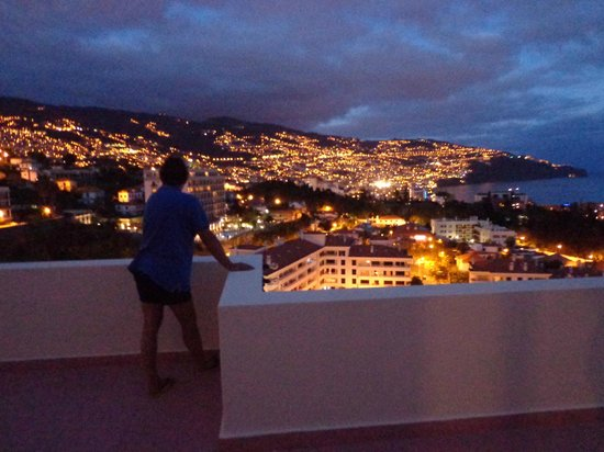 Dorisol Mimosa: Udsigt over Funchal fra 11. om aftenen