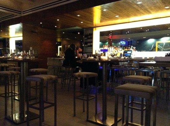 The Out NYC: 1Fのレストランバー。朝食、ランチ、ディナー、深夜軽食。