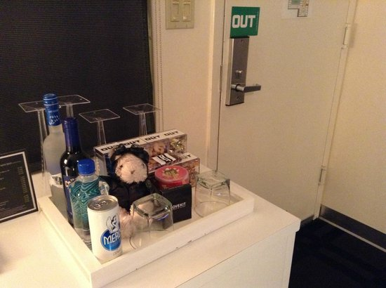 The Out NYC: 部屋のドア。(ぬいぐるみは私物です。)