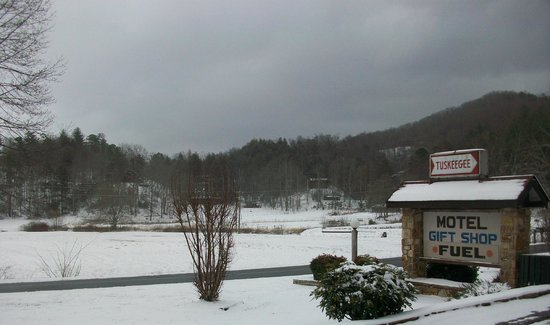 Tuskeegee Motel: Little snow during spring cleaning!