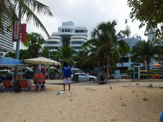 A-One The Royal Cruise Hotel: Вид с пляжа