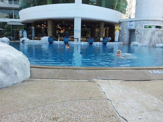 A-One The Royal Cruise Hotel: Один из двух бассейнов