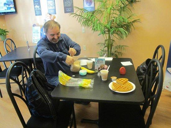 Travelodge Angels Camp CA : Im Frühstücksraum.