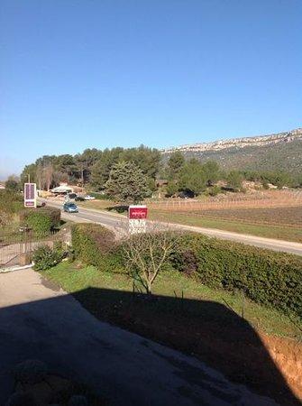 Mercure Aix en Provence Ste Victoire: vue de la chambre 40, proche de la route. Un marchand de fruits et legumes en face.