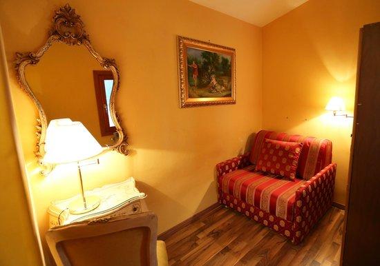 Antico Panada: Separate lounge.