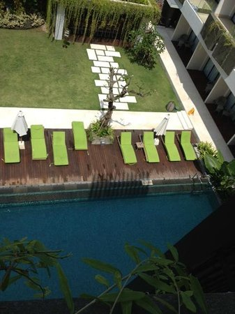 Four Points by Sheraton Bali, Seminyak: daybeds by the pool