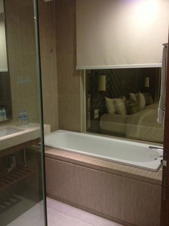 Four Points by Sheraton Bali, Seminyak : bathtub and shower box in the bathroom