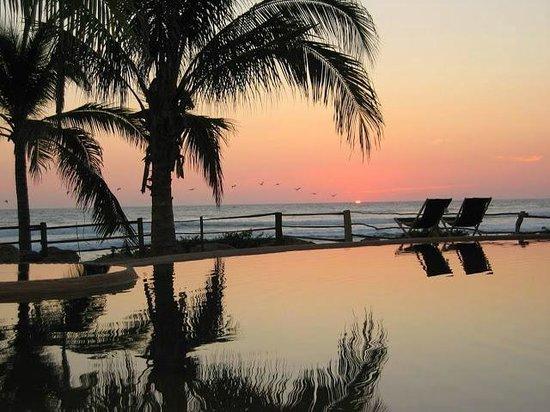 Casa Viva Troncones : Sunset Over Pool