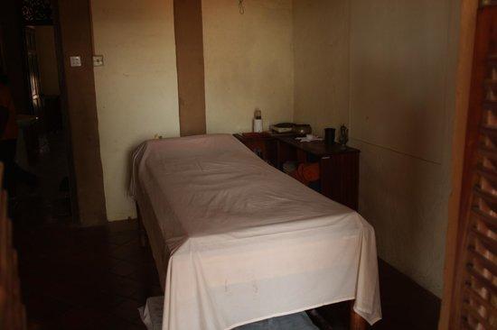 Ranweli Holiday Village: Ayuweda Massage , bei dem Dreck , nein danke