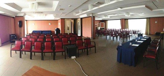 Hotel San Mauro: Sala congressi 200 pax con doppia proiezione frontale