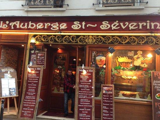 L' Auberge St-Severin: мой муж Максим при входе в ресторан