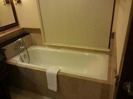 Henann Regency Resort & Spa: Jr suite bathroom