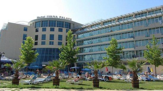 Ivana Palace Hotel: Отель, вид с бассейна