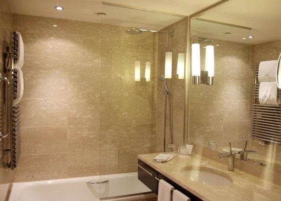 Eurostars Berlin Hotel: Bathroom with a heater