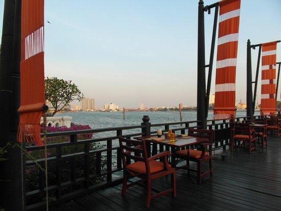 Anantara Riverside Bangkok Resort: Hotelterrasse
