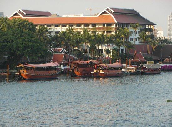 Anantara Riverside Bangkok Resort: Hotel - Foto von Brücke aus