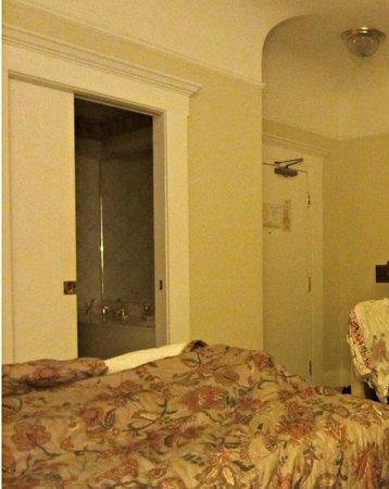 """Beresford Arms: Дверь в ванную - типа """"купе"""" очень тяжелая, скрипит"""