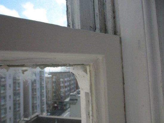 Beresford Arms: окно старое - звукоизоляции нет