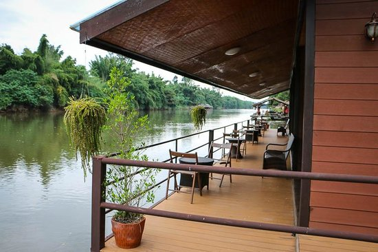 Banana Resort and Spa: Floating bungalows on the river.