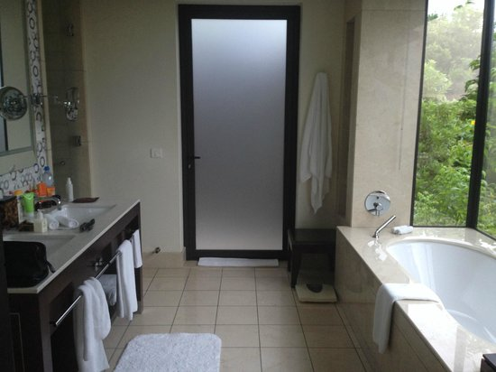 Raffles Seychelles: За стеклянной дверью- открытый душ