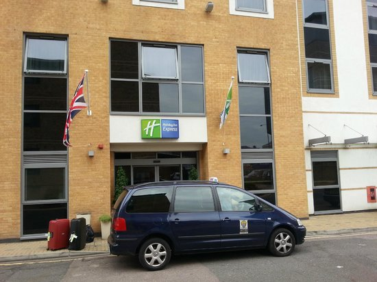 Holiday Inn Express London-Watford Junction: Entrance to hotel