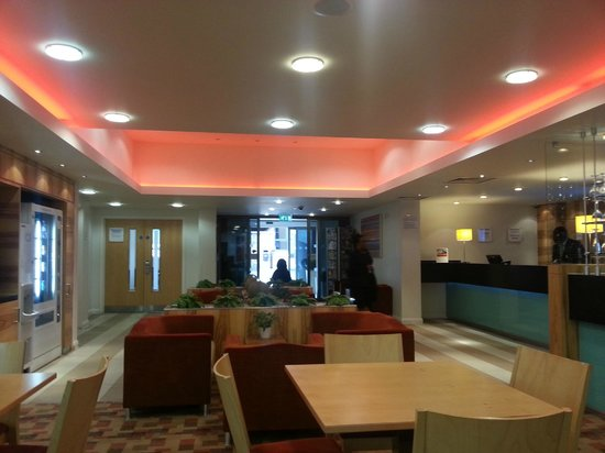 Holiday Inn Express London-Watford Junction: View to reception