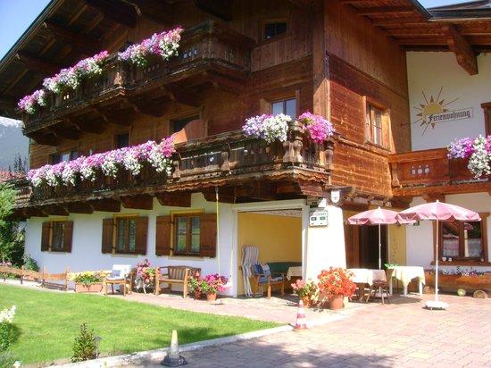 Haus Sonneck: Garten und Sommer-Frühstücksterrasse