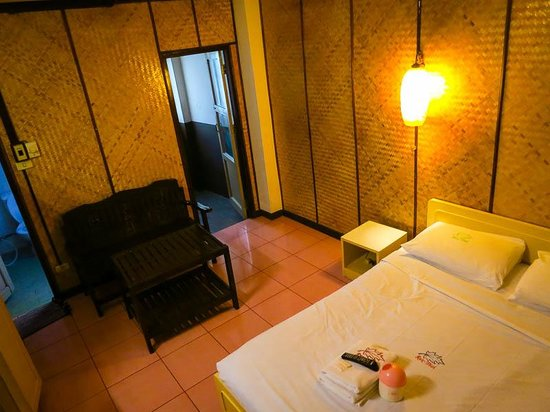 Rux-Thai Guest House: Rooms are basic and dated, but clean and comfortable.