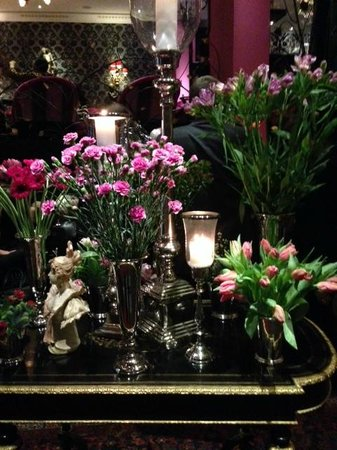 Dorsia Hotel & Restaurant: Blomsterbordet i entrén på Dorsia