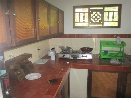 Bali Breeze Bungalows: Kitchen
