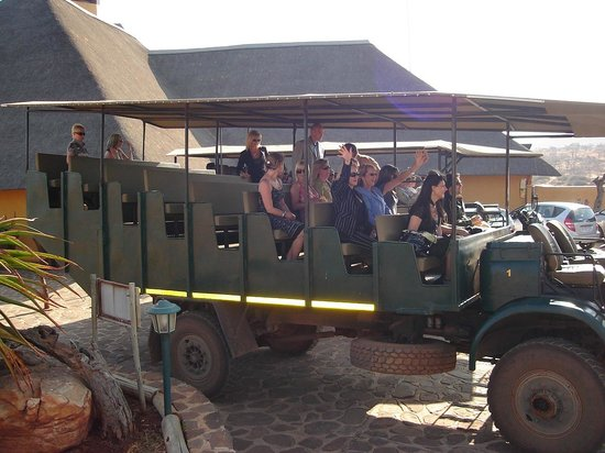 Hannah Game Lodge: Top quality viewing vehicle transfers guests to wedding location