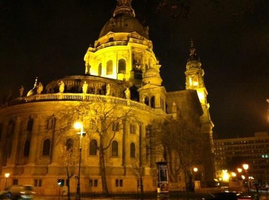 Basilique Saint-Étienne de Pest : At night
