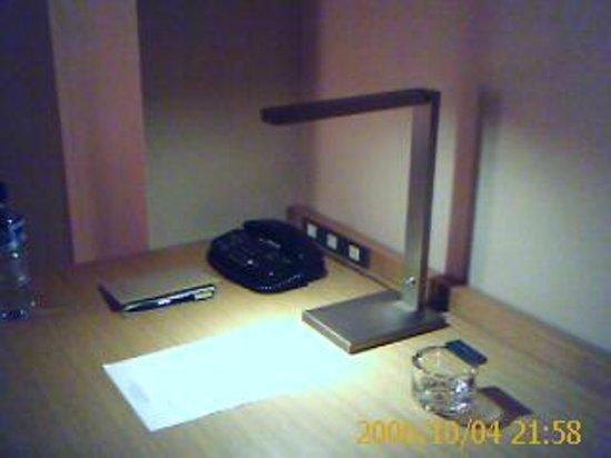 Hyatt Regency Kyoto: Chic desk implements